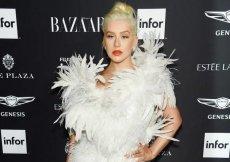Кристина Агилера в платье из перьев на модной вечеринке