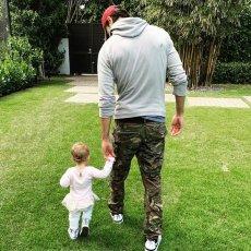 Энрике Иглесиас поделился милым кадром с дочкой